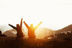 Amis heureux de couples ayant la montagne de coucher du soleil d'amusement Photo stock