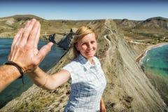 Amis heureux de couples donnant cinq mains Images libres de droits