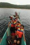 Amis heureux de femme s'asseyant sur un bateau Images stock