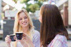 Amis heureux de femmes parlant ensemble Image stock