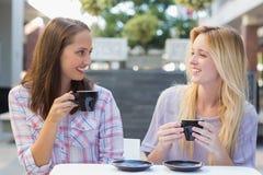 Amis heureux de femmes parlant ensemble Images libres de droits