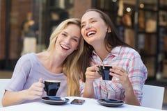 Amis heureux de femmes parlant et riant ensemble Photo stock