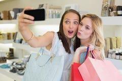 Amis heureux de femmes prenant un selfie Photo libre de droits