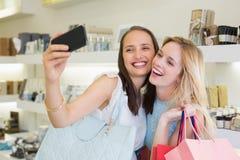 Amis heureux de femmes prenant un selfie Photos libres de droits