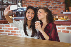 Amis heureux de femmes prenant un selfie Photos stock