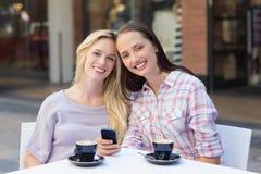 Amis heureux de femmes souriant à l'appareil-photo Photos stock