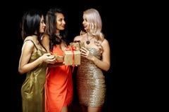 Amis heureux de femmes de vacances de Noël échangeant des présents Copiez l'espace pour vous texte ou logo Photos stock