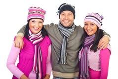Amis heureux de l'hiver Images libres de droits