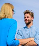 Amis heureux de se voir La conversation face à face favorise le concept Sujet drôle de discussion heureux de couples Photo libre de droits