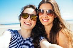 Amis heureux de selfie sur la plage Image stock