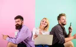 Amis heureux de société avec l'ordinateur portable mobile d'instruments Les hommes et la femme ont accès à l'Internet de partout  Photos stock