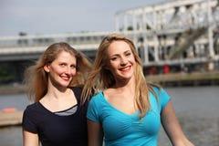 Amis heureux de Twp marchant par la ville Photographie stock