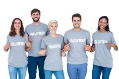 Amis heureux de volontaires se montrant Image libre de droits