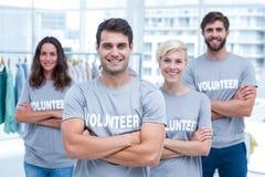 Amis heureux de volontaires souriant à l'appareil-photo Photographie stock