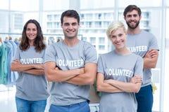 Amis heureux de volontaires souriant à l'appareil-photo Photos stock