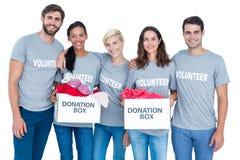 Amis heureux de volontaires tenant des boîtes de donation Photographie stock