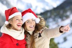 Amis heureux des vacances de Noël visitant le pays Photos stock