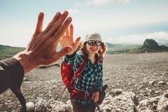 Amis heureux donnant cinq mains voyageant aux montagnes Image libre de droits