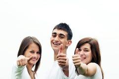 Amis heureux donnant le signe d'okey Image stock