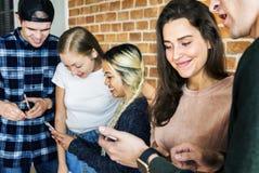 Amis heureux employant le concept social de media de smartphones Photo libre de droits