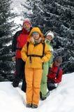 Amis heureux en forêt de l'hiver Photographie stock