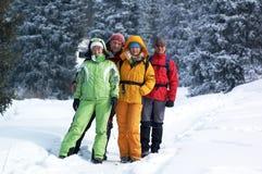 Amis heureux en forêt de l'hiver Photo libre de droits