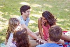 Amis heureux en parc Image stock