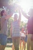 Amis heureux en parc ayant des bières Photos libres de droits