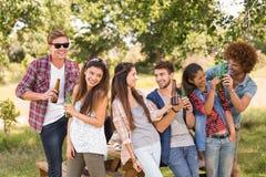 Amis heureux en parc ayant le barbecue Photos libres de droits