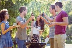 Amis heureux en parc ayant le barbecue Photo libre de droits
