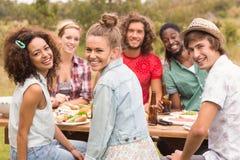 Amis heureux en parc prenant le déjeuner Photo libre de droits