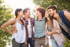 Amis heureux en parc prenant le selfie Image stock