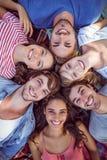 amis heureux en parc se blottissant en cercle Photos libres de droits