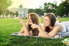 Amis heureux en stationnement Photographie stock libre de droits