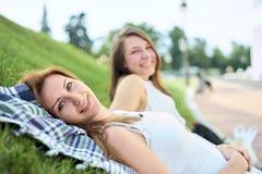 Amis heureux en stationnement Photographie stock