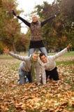 Amis heureux en stationnement d'automne Image stock