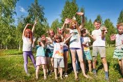 Amis heureux enduits de la poudre colorée Photo libre de droits