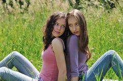 Amis heureux ensemble à l'extérieur Images stock