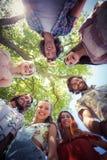 Amis heureux ensemble au terrain de camping Images stock