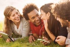 Amis heureux ensemble extérieurs Photographie stock