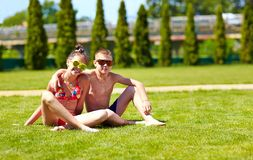 Amis heureux ensemble sur la pelouse d'été Photographie stock libre de droits