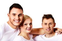 Amis heureux ensemble une femme et deux hommes Photos stock