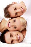 Amis heureux ensemble une femme et deux hommes Photographie stock libre de droits