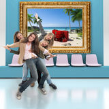 Amis heureux et voyage Photo libre de droits