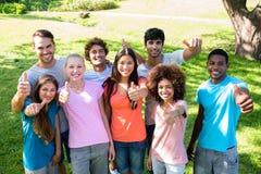 Amis heureux faisant des gestes des pouces  Image libre de droits