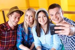 Amis heureux faisant des photos dans un café Photos stock