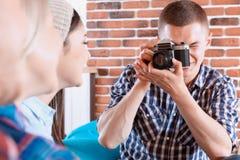 Amis heureux faisant des photos dans un café Images stock