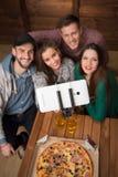 Amis heureux faisant des selfies de vue supérieure dans la pizzeria Photographie stock