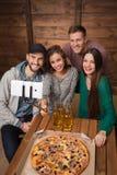 Amis heureux faisant des selfies de vue supérieure dans la pizzeria Photos stock