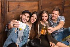 Amis heureux faisant des selfies et buvant des cocktails Image libre de droits
